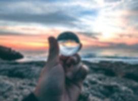 Reflets du ciel dans une sphère en verre