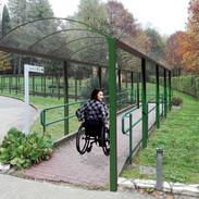 inizio percorso pedonale coperto di accesso alla struttura