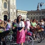 Donne eleganti e fiorite in bicicletta in piazza del Duomo