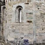 Romanico con bicicletta a Santa Giulia