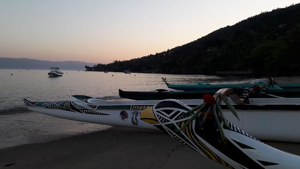 Praia da Armacao em Ilhabela com canoa polinesia BL3