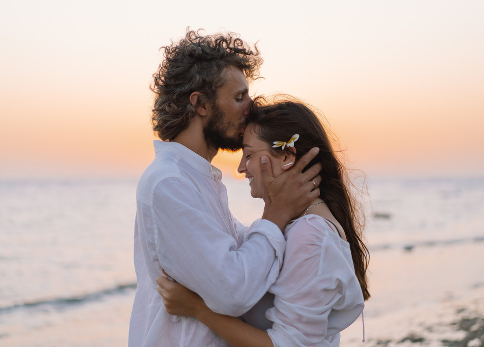 couple-in-love-by-the-sea-3BDK6SA.jpg