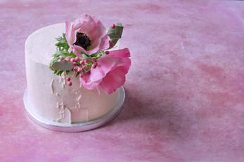 Anemonen und Oberflächenstruktur auf veganer Cremetorte
