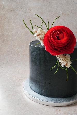 Schwarze Torte mit frischer Blumendeko
