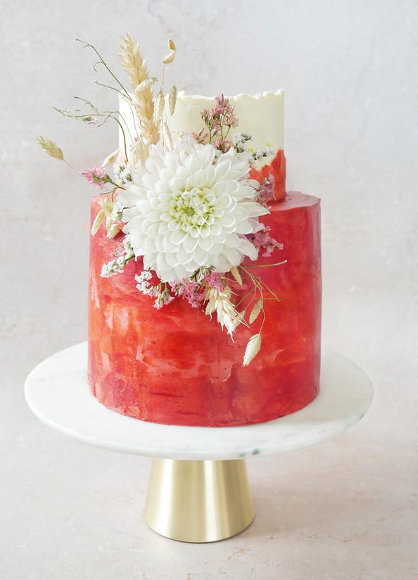 Rote Torte mit Dahlie
