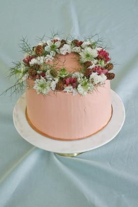 Einfarbige Torte mit Blumenkrone