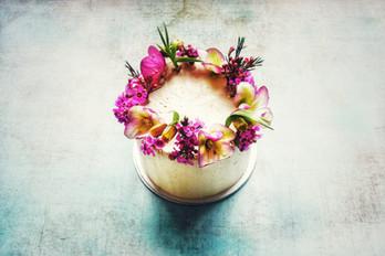 Kleine Torte mit Blumenkranz