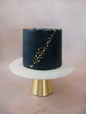 Schwarze Torte mit Goldakzenten