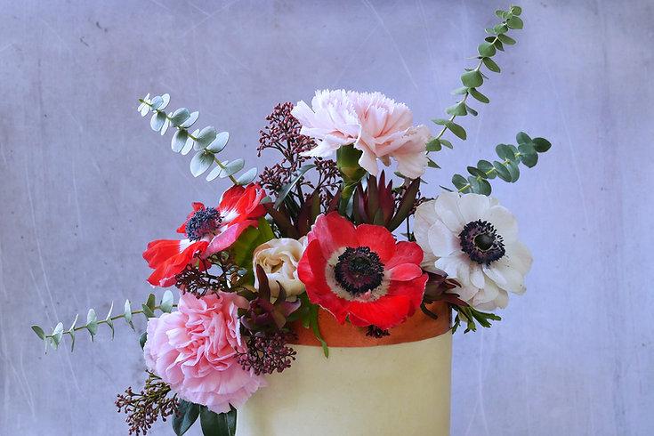 Brushed metal on vegan cream cake with extravagant flower decoration | Vegane Cremetorte mit Rand aus aufgepinselter Kupferfarbe und extravaganter Blumendekoration aus Berlin