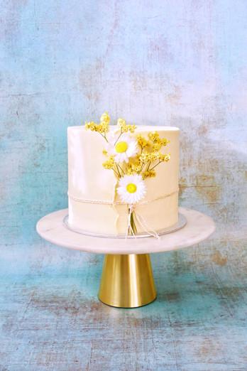 Feierliche Torte mit getrockneten Blumen