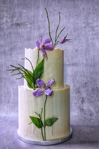 Torte mit Oberflächenstruktur und Blumen