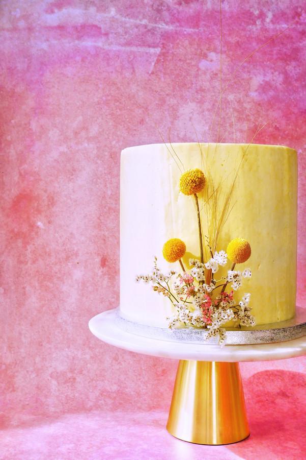 Sommerliche vegane Hochzeitstorte mit getrockneten Blumen