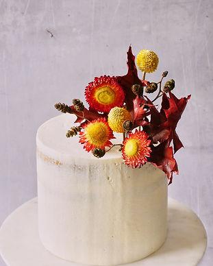 Dried flowers decoration on semi-naked cake | Getrocknete Blumen auf veganer Cremetorte in semi-naked aus Berlin