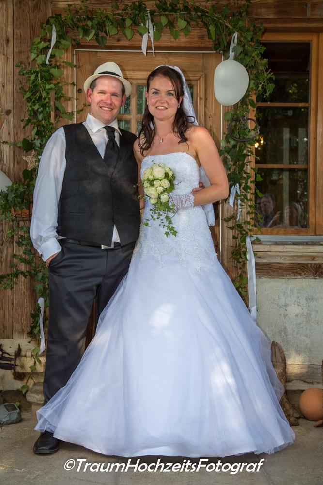 Hochzeitsfoto vor Haus