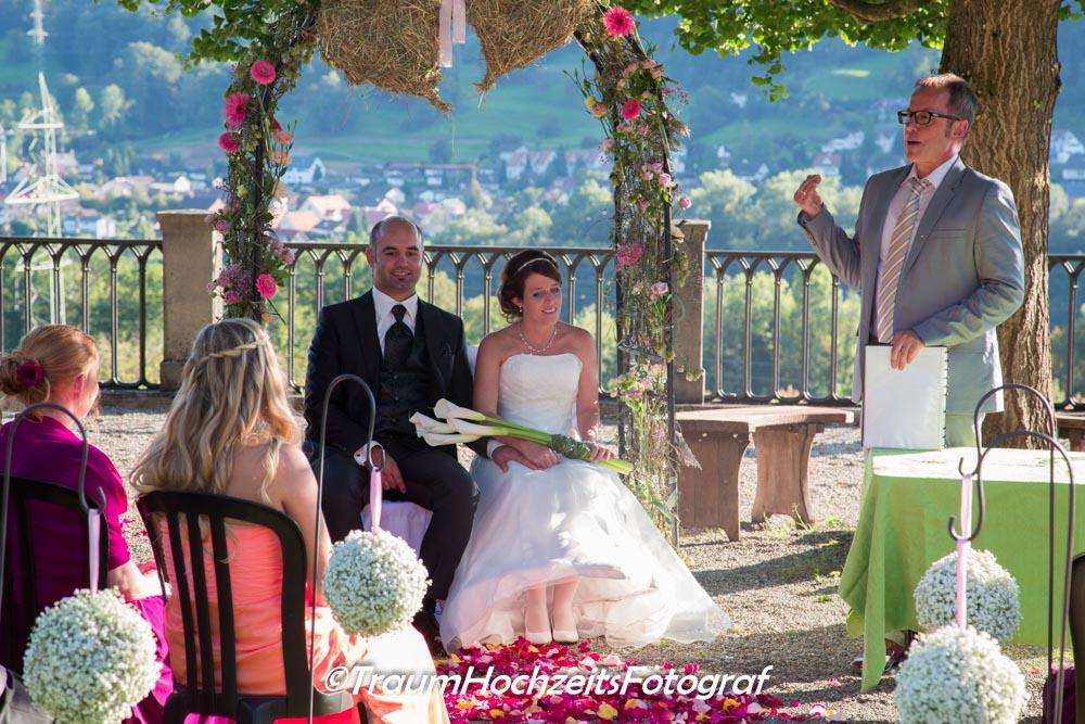 Hochzeitspaar unter Bogen