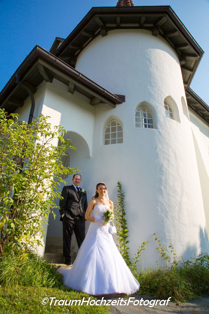 Brautpaar vor Kirche