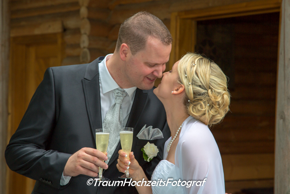Brautpaar mit Kuss