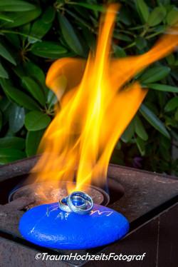 Eheringe und Flammen