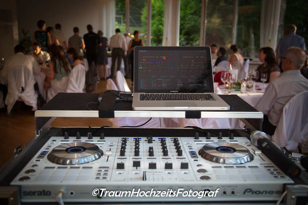 DJ Pult an Hochzeit