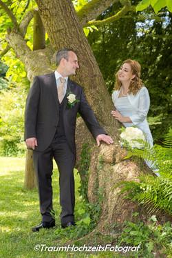 Brautpaar vor Baum