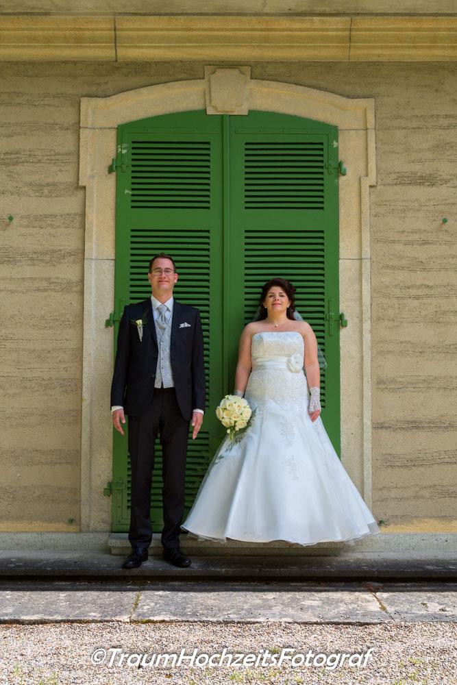 Hochzeitspaar vor Türe