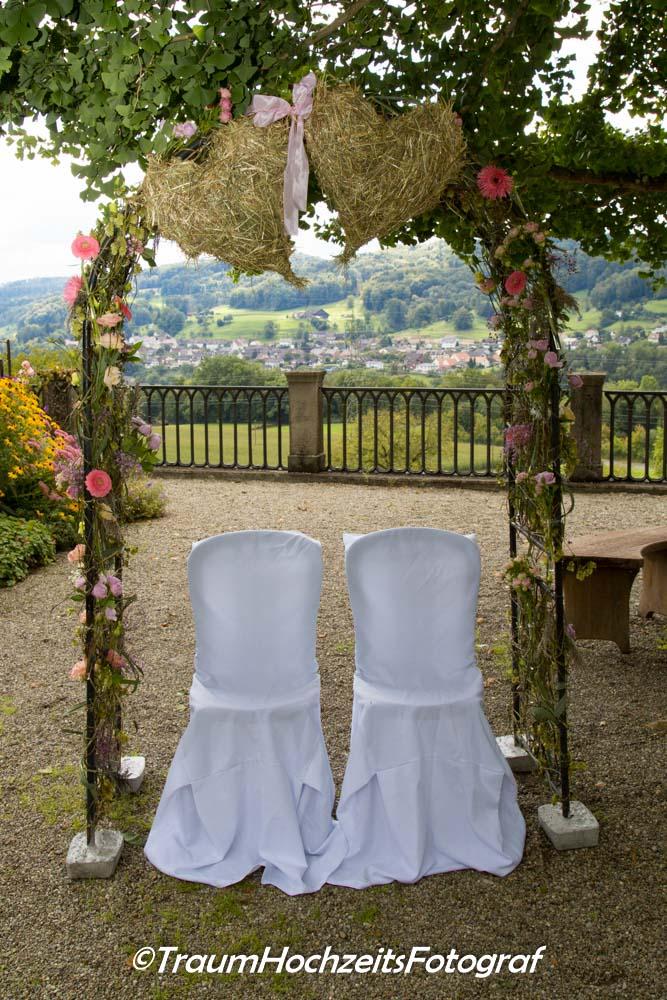 weisse Stühle Hochzeit
