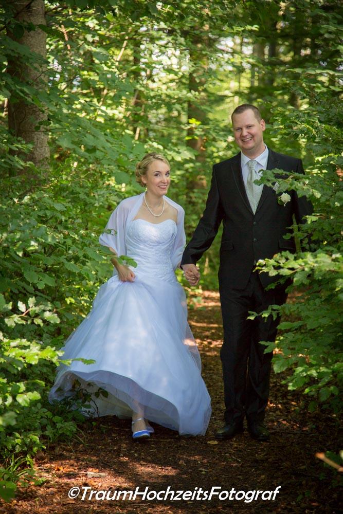 Hochzeitspaar im Wald