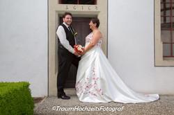Brautpaar in Türrahmen