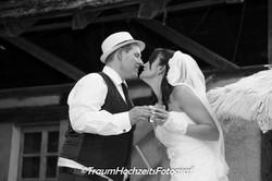 Hochzeitsfoto mit Kuss