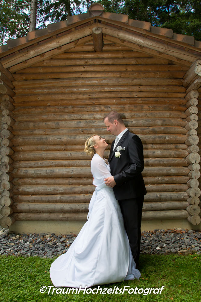 Hochzeitspaar vor Waldhütte