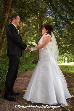 Hochzeitspaar im Park