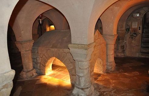 Sous ses voûtes romanes la crypte indique la première sépulture de St-Philbert