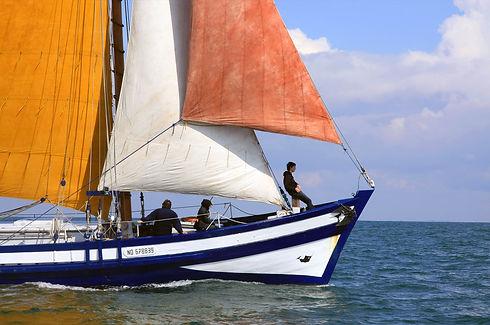 Pendant la balade en mer, vous avez la possibilité de participer aux manœuvres !