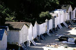 Les cabines de bain de la plage de l'Anse Rouge