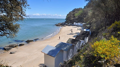 La plage de l'Anse Rouge et ses cabines de bains au Bois de la Chaise