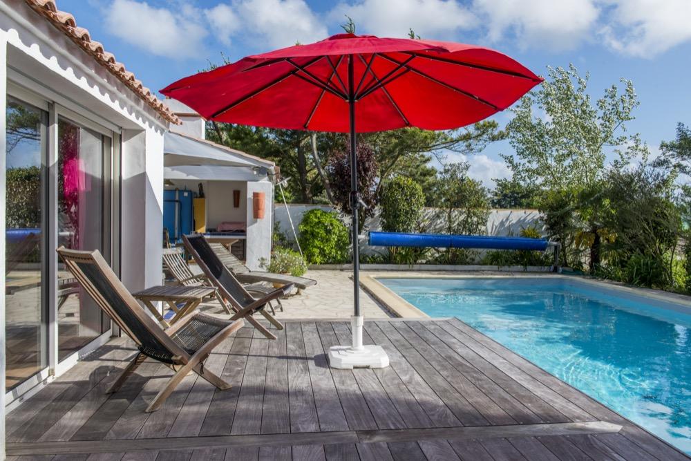 Piscine, terrasse hamac et parasol