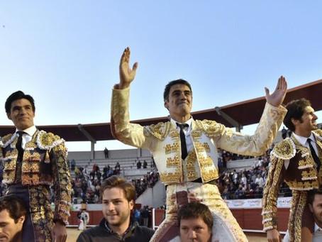 """Aguado, que indultó a """"Toledano"""", a hombros con Cayetano y Jesulín en Morón"""