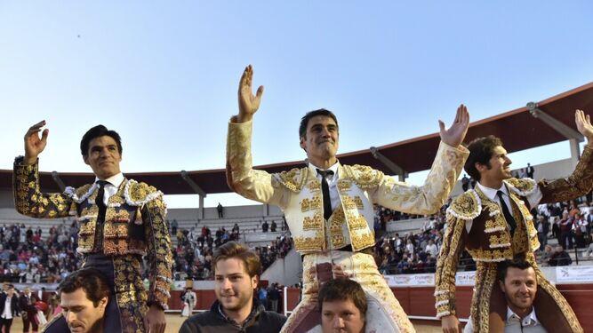 Jesulín de Ubrique, a hombros, junto a Pablo Aguado y Cayetano