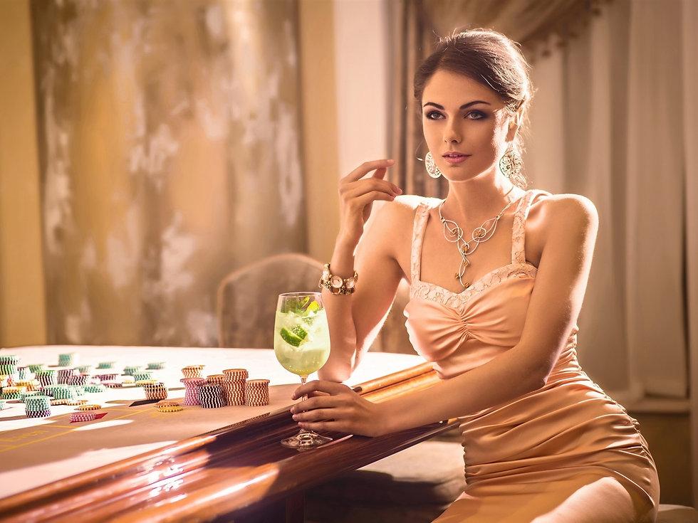 Sexy-woman-drinks-chips-casino_1600x1200