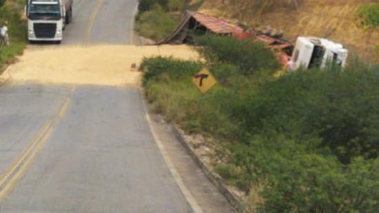 Motorista morre em acidente com caminhão na BA-250, entre Maracás e Lagedo do Tabocal