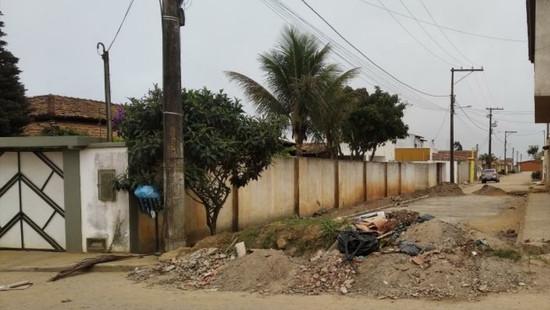 Maracás: rua bloqueada por entulhos