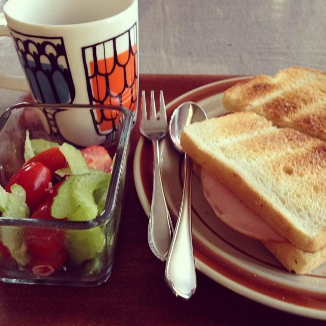 Instagram - おせちとお餅にもう飽きた私…。 お昼はハムサンドとココアと昨日の残りのサラダ。 ピクルスがあればよかったなぁ。  lunch time.