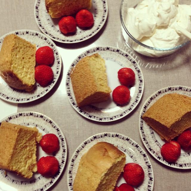 Instagram - 母の誕生日は明日だけど、 みんながいる今日に繰り上げて、 ささやかにお祝い🎂 母が好きなシフォンケーキを焼きました。  ベイキングパウ