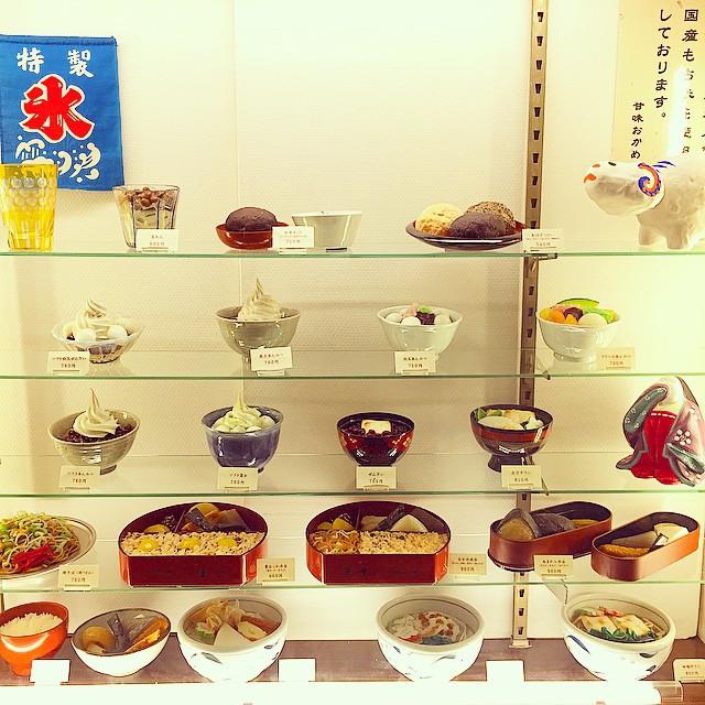 甘味処おかめ。  昭和なディスプレイが超好み。  #甘味処 #昭和 #レトロ #ディスプレイ #銀座 #交通会館 #おかめ #食品サンプル #foodsample #retro #display #ginza #sweets