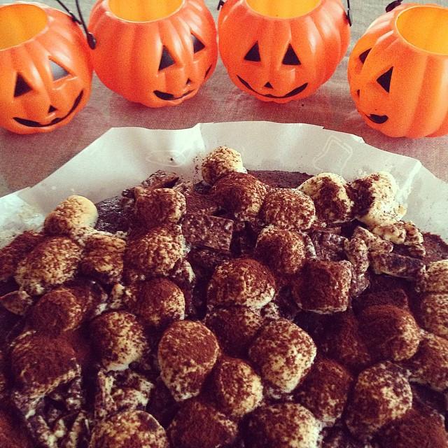 Instagram - Happy Halloween🎃!! マシュマロとをのせたチョコレートブラウニーを焼きました。 甘い〜😖 甥っ子は喜んで食べてくれた
