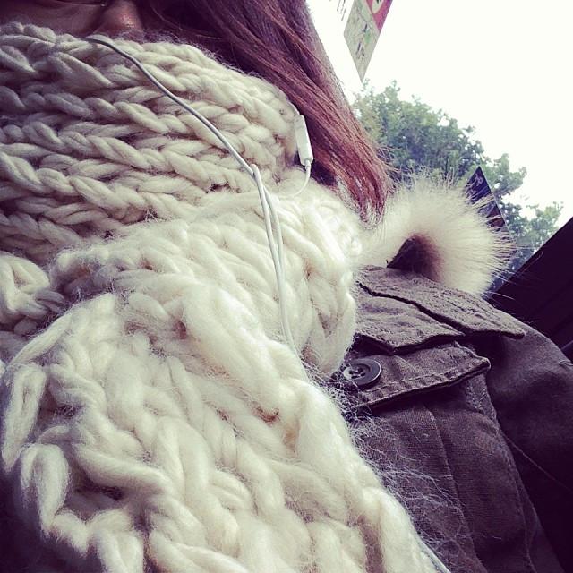 寒い…マフラーぐるぐる巻いて出かける。不審者ギリギリ(笑)  it's very cold outside…rolling up long muffler to half of my face.jpg