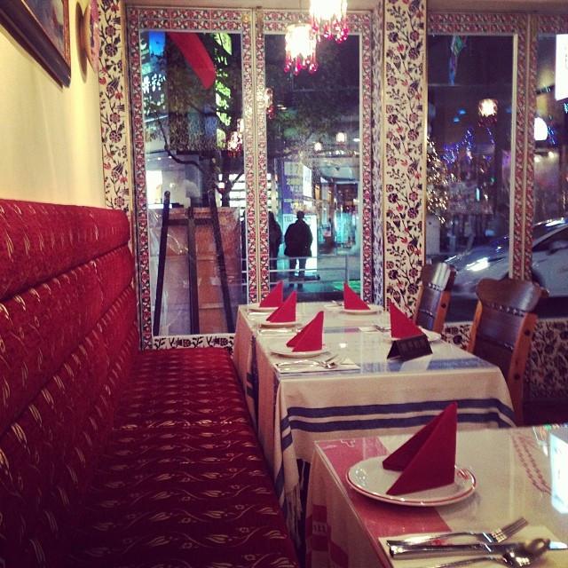 トルコ料理屋さんの店内。青のタイルや赤で統一されたインテリア素敵でした。この時はまだガラガラでしたが、すぐに満員に。  inside of the Turkish restaurant.jpg