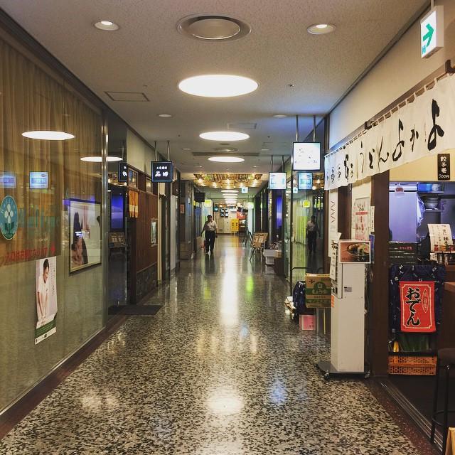 有楽町駅前に残る昭和感たっぷりのビル。  地下に降りると、タイムスリップした様な気分。  昔は古臭い感じで好きじゃなかったけど、 今は妙に落ち着くのは、 自分が昭和生まれのせいなのか。  再開発が進んで、何処の街も同じ様になってきた印象の東京。  いつまでも、こういう場所があって