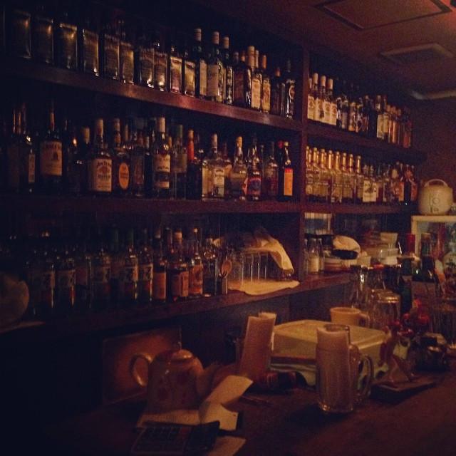Instagram - 昨日連れて行ってもらった ロックバーの続き。  ずらっと並ぶボトルが美しい。  でも、私は下戸…😭 #rock #bar #alcoh