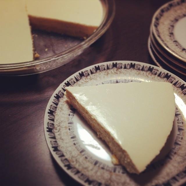Instagram - 急に食べたくなってレアチーズケーキ作ってみた。それにしても、うちには素敵なお皿がないなぁ〜。 suddenly want to have